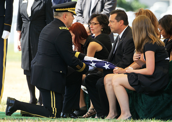 Alex Wong「Burial Held For Two Army Soldiers Killed In Iraq And Afghanistan」:写真・画像(16)[壁紙.com]