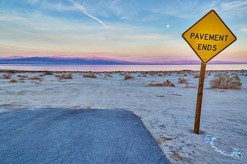 Standing Water「End sign at the Salton Sea,California,USA」:スマホ壁紙(11)