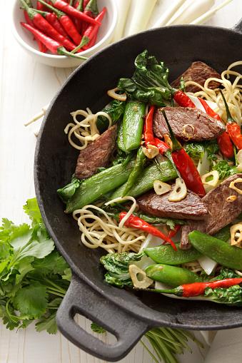 野菜「アジアの料理: 炒め牛肉牛肉と麺のある静物」:スマホ壁紙(5)