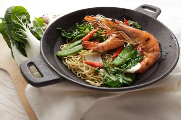 Asian Food: Stir Fried Shrimps and Noodles Still Life:スマホ壁紙(壁紙.com)