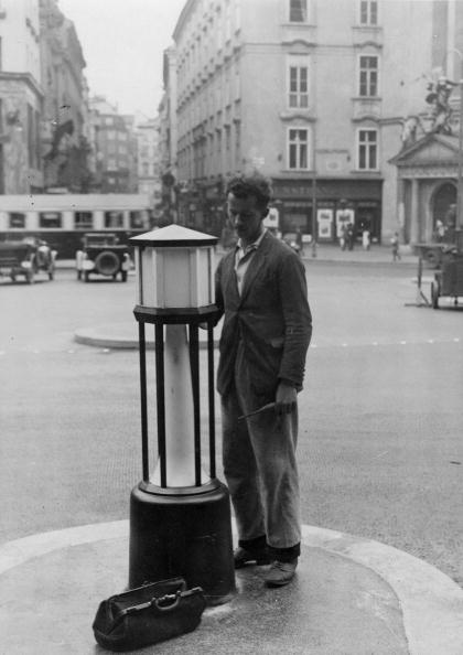 Light Bulb「An electrician exchanges a light bulb of a street lighting, Michaeler Platz in Vienna Ist, Photograph, Around 1935」:写真・画像(8)[壁紙.com]