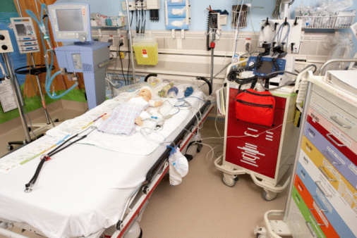 Doll「Dummy infant used in medical training lying on hospital bed」:スマホ壁紙(15)