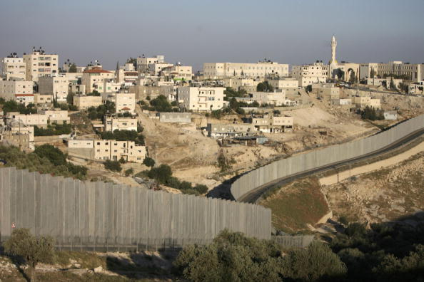 Abu Dis「Construction Continues On Separation Barrier In West Bank」:写真・画像(2)[壁紙.com]