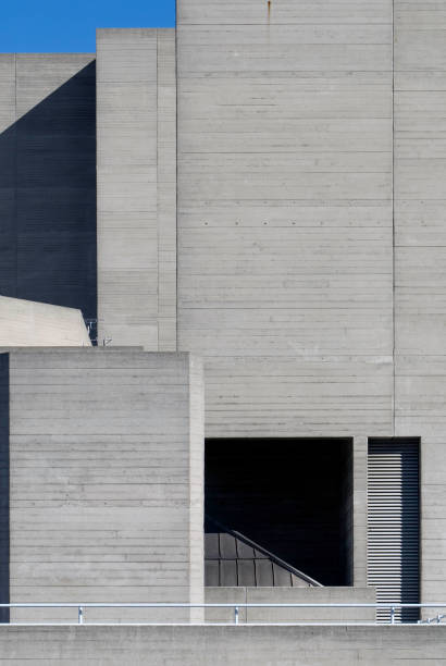 The National Theatre located on the south bank of the river Thames in London is another major example of Brutalist architecture. Designed by architect Sir Denys Lasdun and opened in 1976.:ニュース(壁紙.com)