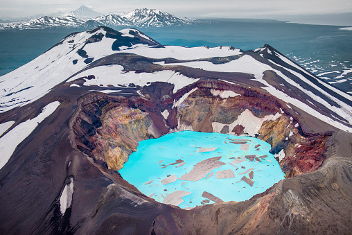 Volcano「Malyi Semyachik volcano and its blue lake crater」:スマホ壁紙(12)