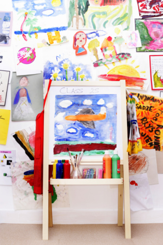 Elementary School Building「Easel by wall decorated with children's drawings」:スマホ壁紙(13)