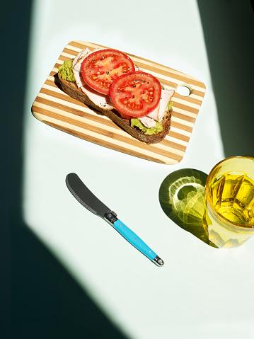 写真「Whole grain bread topped with avocado spread and sliced turkey」:スマホ壁紙(2)