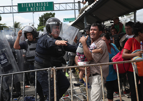 Protection「Migrant Caravan Crosses Into Mexico From Guatemala」:写真・画像(15)[壁紙.com]