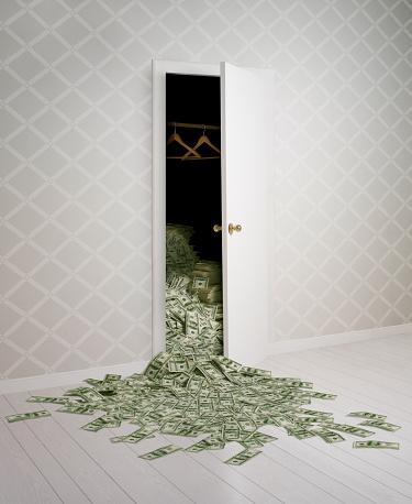 Investment「Money falling out of a closet」:スマホ壁紙(2)
