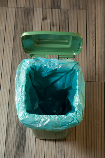 Wastepaper Basket「empty green trash can」:スマホ壁紙(3)