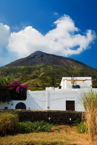 Stromboli Island「Typical white-washed Aeolian Island home, below the peak of Stromboli volcano.」:スマホ壁紙(10)