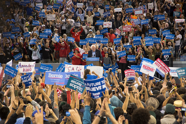 Crowd「Democratic Candidate Bernie Sanders Holds Campaign Rally In Carson, California」:写真・画像(3)[壁紙.com]