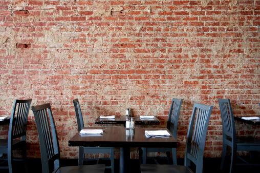 余白「ヴィラージュパブのレンガの壁には、テーブルと椅子」:スマホ壁紙(4)