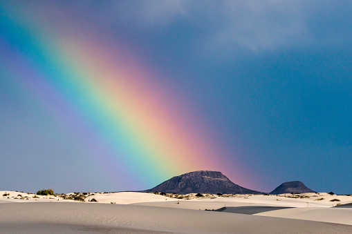 虹「Rainbow and Butte at White Sands」:スマホ壁紙(5)
