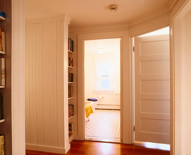 White Beaded Paneling in Hallway Leading to Bathroom:スマホ壁紙(壁紙.com)