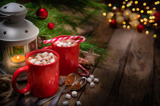 Candy Cane「Two homemade hot chocolate mugs with marshmallows on rustic wooden Christmas table」:スマホ壁紙(15)
