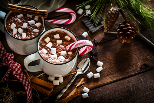 Snack「Two homemade hot chocolate mugs with marshmallows on rustic wooden Christmas table」:スマホ壁紙(2)