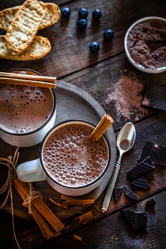 チョコレート「素朴な木製のテーブルに 2 つの自家製ホット チョコレート マグカップ」:スマホ壁紙(14)