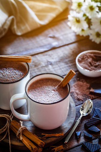 Cocoa Powder「Two homemade hot chocolate mugs on rustic wooden table」:スマホ壁紙(16)