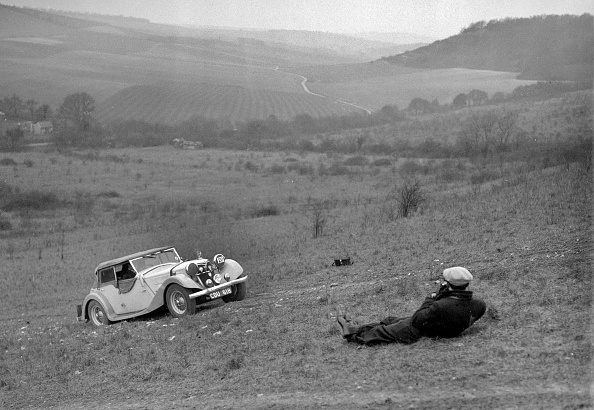 Country Road「Riley 16 competing in the London Motor Club Coventry Cup Trial, Knatts Hill, Kent, 1938」:写真・画像(17)[壁紙.com]
