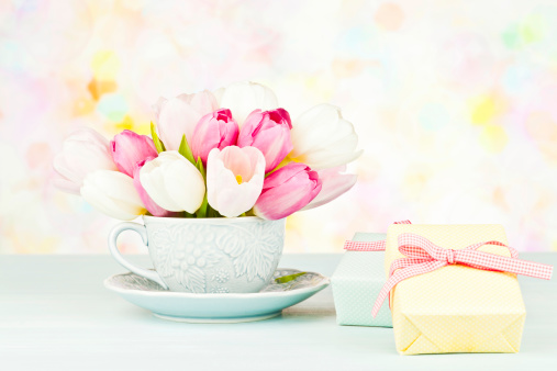 Mother's Day「Tulip Bouquet in Teacup with Gifts」:スマホ壁紙(18)