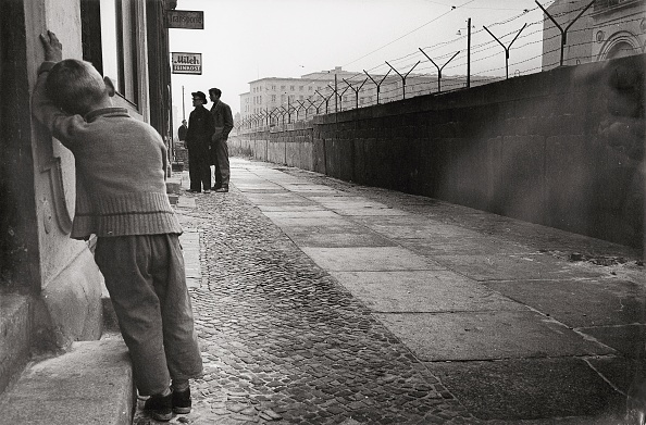 Built Structure「Boy at the Berlin Wall」:写真・画像(10)[壁紙.com]