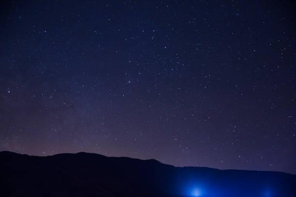 Hillside at night with stars:スマホ壁紙(壁紙.com)