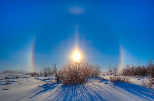 プリズム「High dynamic range photo of sundogs and a solar halo around the Sun.」:スマホ壁紙(18)