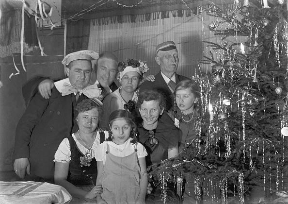 Christmas Ornament「German Family At Christmas」:写真・画像(7)[壁紙.com]