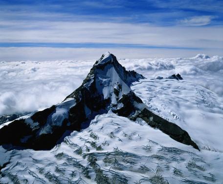 Mt Aspiring「Top of Mount Aspiring surrounded by clouds.」:スマホ壁紙(1)