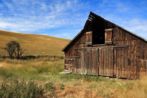 Enclosure「Old Barn Sunny Day Dramatic」:スマホ壁紙(7)