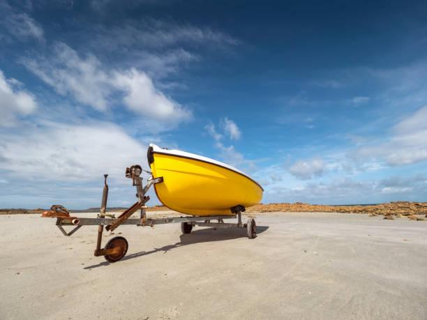 France, Bretagne, Cote de Granit Rose, boat trailer and yellow boat:スマホ壁紙(壁紙.com)