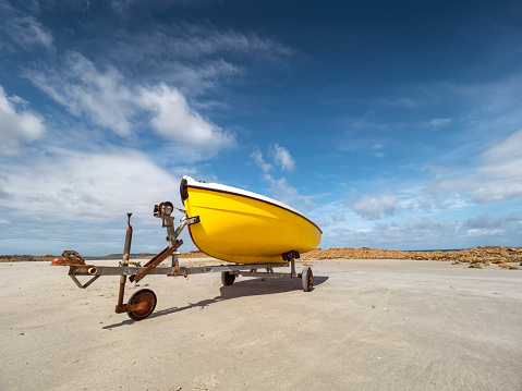 Vehicle Trailer「France, Bretagne, Cote de Granit Rose, boat trailer and yellow boat」:スマホ壁紙(14)