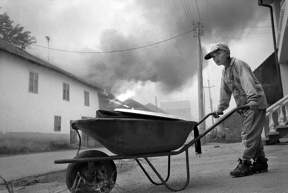 10-11 Years「Kosovo, nr Pristina, boy pushing wheelbarrow in bombed town (B&W)」:写真・画像(3)[壁紙.com]