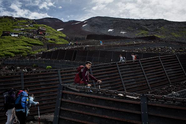 Mount Fuji「Mount Fuji Climbing Season Begins」:写真・画像(4)[壁紙.com]