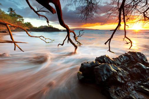 火山岩「idyllci マウイ、ハワイの夕日-太平洋」:スマホ壁紙(6)