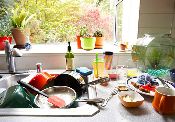 Dirty dishes piled in kitchen sink, close-up:スマホ壁紙(壁紙.com)