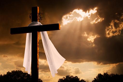 イースター「ドラマティックな照明で Christian イースター休暇に嵐雲クロス」:スマホ壁紙(10)
