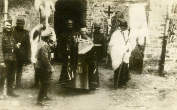 Catholicism「WW2: Nazi soldiers mocking a Catholic Rite in Poland」:写真・画像(18)[壁紙.com]