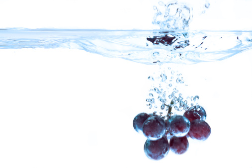 Grape「Red grapes splashing into water」:スマホ壁紙(10)