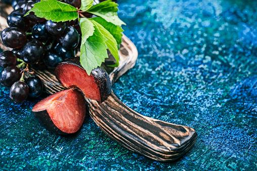 Plum「赤ブドウと木の板に梅」:スマホ壁紙(4)