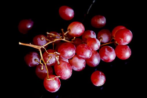 Grape「Red grapes on black ground」:スマホ壁紙(0)