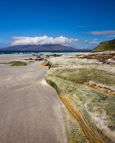 Basalt「View across the sound of rum from the singing sands, eisle of eigg, lochaber, highlands, scotland」:スマホ壁紙(5)