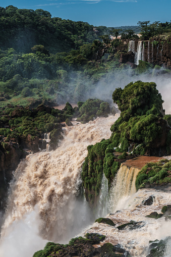 Vertical「View across the Upper Circuit of multiple waterfalls on the Argentinian side, with powerful waterfall in centre, Iguazu Falls (UNESCO World Heritage Site), Iguazu, Argentina」:スマホ壁紙(6)