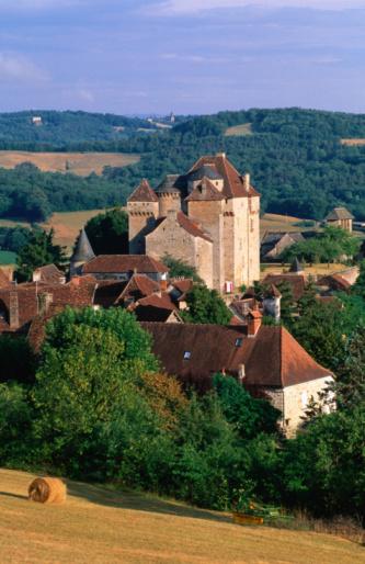 Nouvelle-Aquitaine「View across fields to village and castle, Correze region, Curemonte, Limousin, France, Europe」:スマホ壁紙(15)