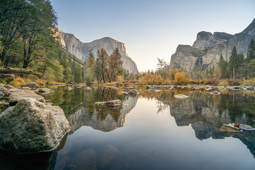 National Landmark「El Capitan reflection on river at Yosemite national park, USA in Autumn with yellow and orange leaves floating on water surface」:スマホ壁紙(19)