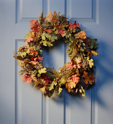 Front Door「Christmas wreath hanging on front door, close-up」:スマホ壁紙(13)