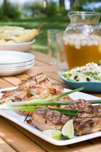 Grilled「Grilled pork chops and shrimps on outdoor table, close-up」:スマホ壁紙(17)