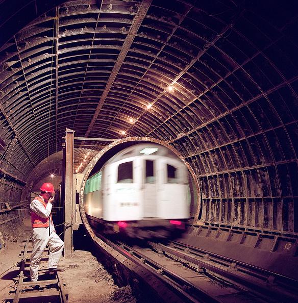Dust「London Underground train entering tunnel during refurbishment of Angel Underground station. London, United Kingdom.」:写真・画像(1)[壁紙.com]