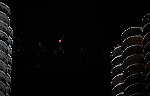 Tightrope「Daredevil Nik Wallenda Walks Across Tightrope In Between Downtown Chicago Buildings」:写真・画像(16)[壁紙.com]